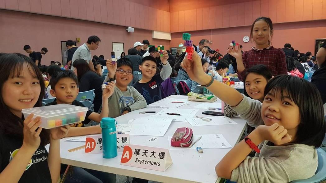 學生分組挑戰輪流螺旋拼圖、位數總和、縱橫不交錯、摩天大樓等關卡,過程中學習團隊合...