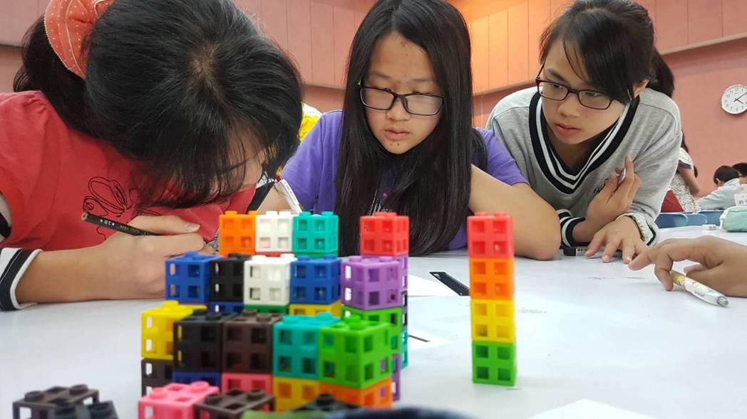 每位學生透過透過實際組裝模型得到答案。記者吳佩旻/攝影