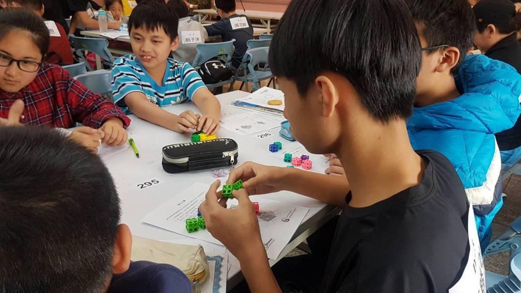 學生全神貫注地盯著模型,逐題拆解。記者吳佩旻/攝影