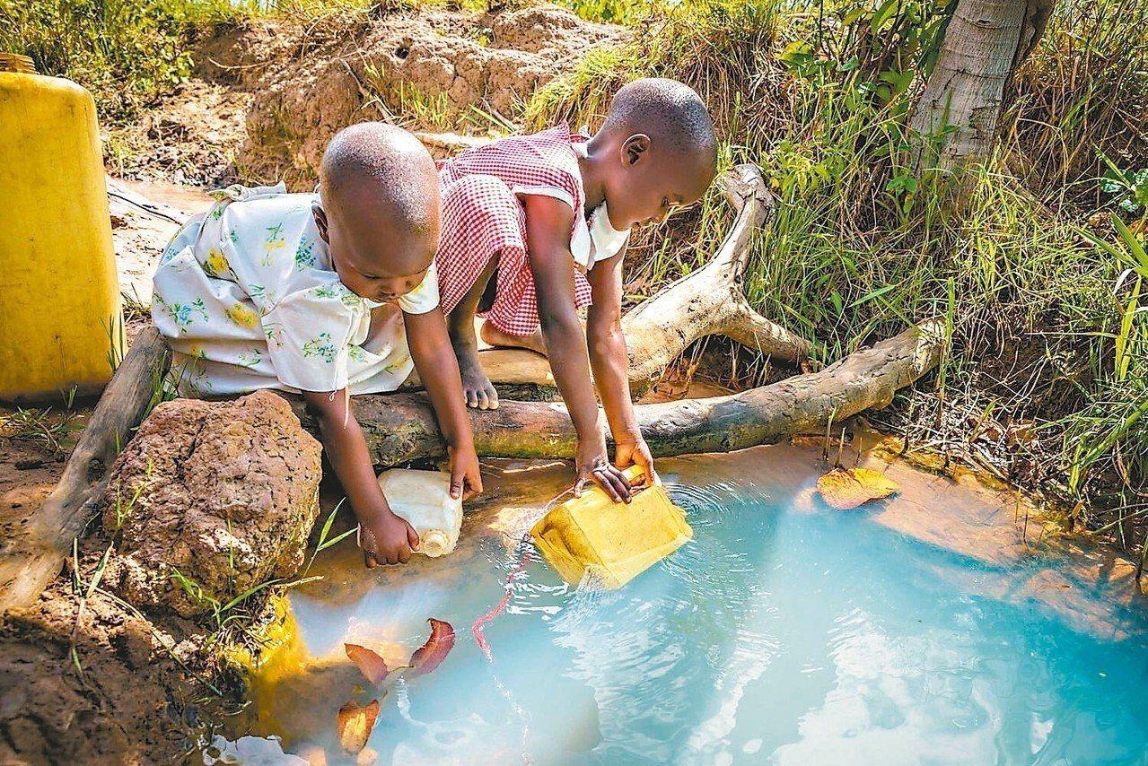 世界展望會呼籲各界加入資助兒童計畫,幫助非洲兒童獲得安全及乾淨的飲水。 圖/台灣...