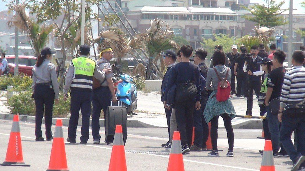 台中市警方昨天祭出「認人小組」新戰術,半途先攔截「老學長」(左三)及部分穿著特殊...