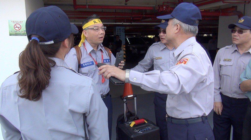 台灣警察協會執行長陳志傑(左二)昨天到台中洲際棒球場,穿著繡有標語的制服,欲向總...