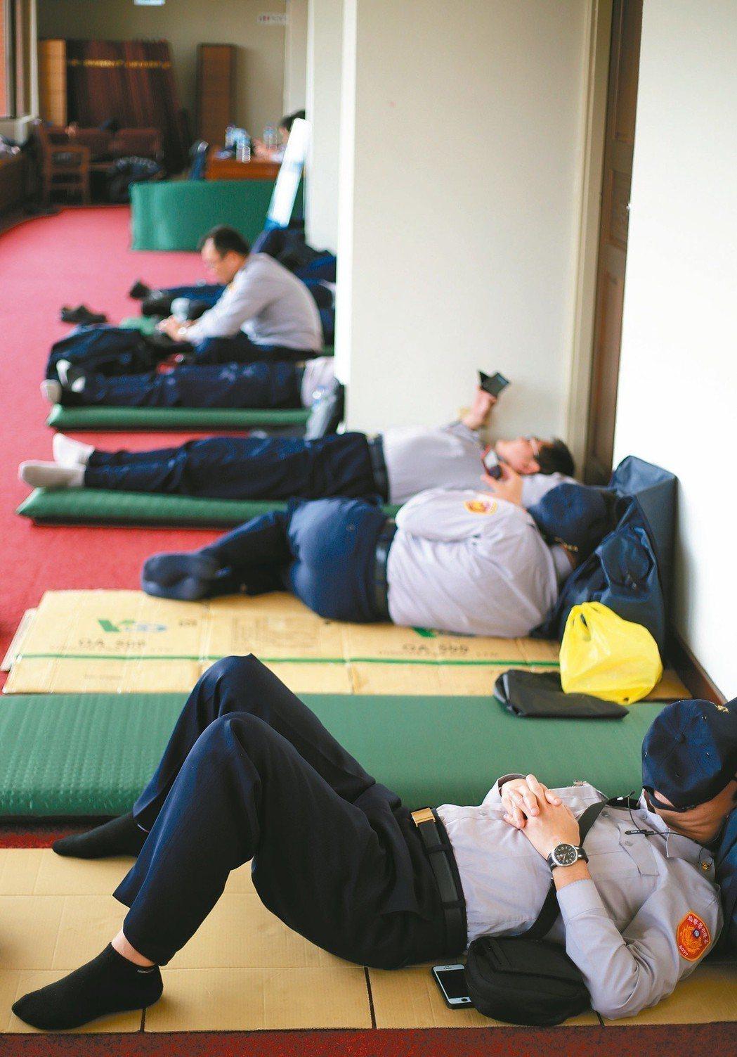 陳抗頻仍,大批基層員警兵疲馬困。 圖/聯合報系資料照片