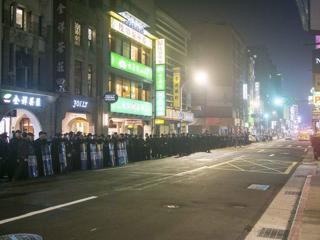 警方處理陳抗,經常祭出人海戰術。 圖/聯合報系資料照片