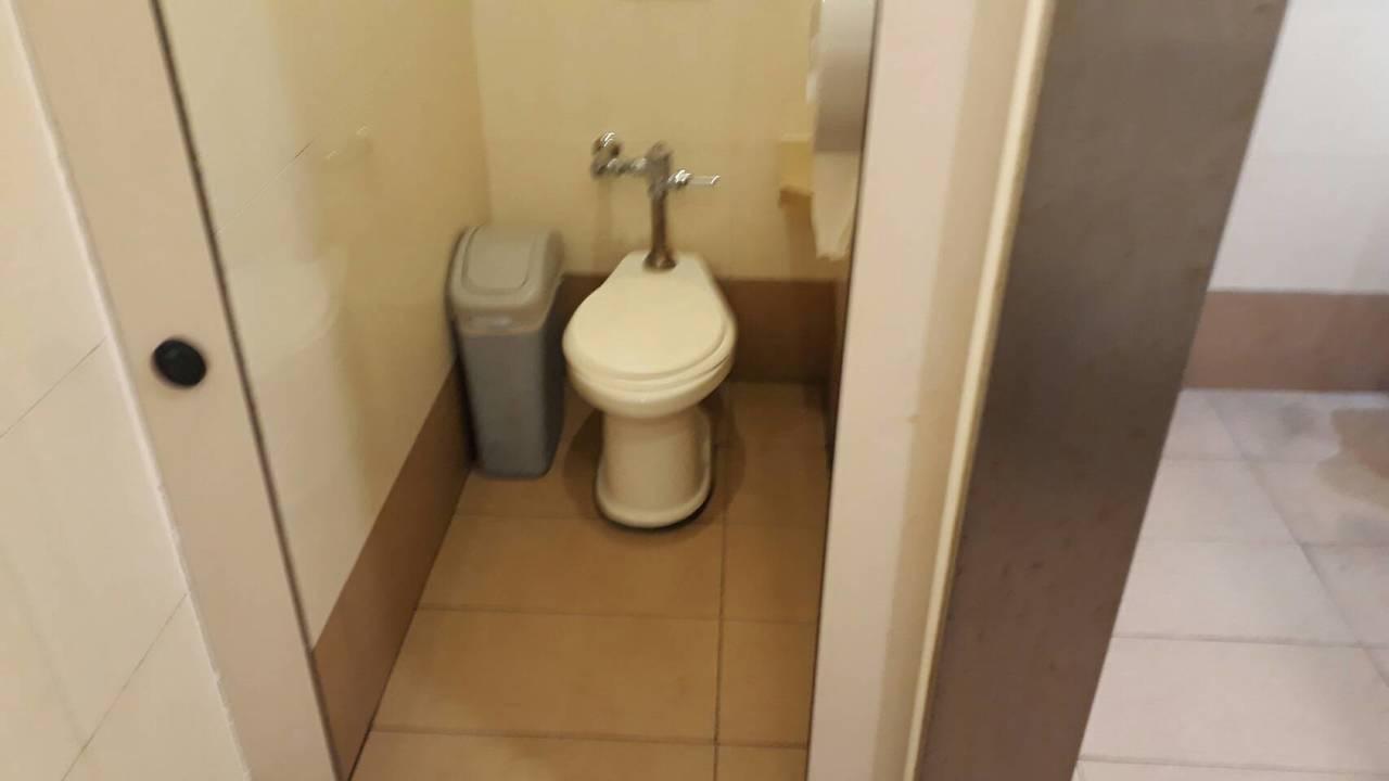 這間廁所昨晚滿地是血,今天已清洗乾淨。 記者周宗禎/攝影