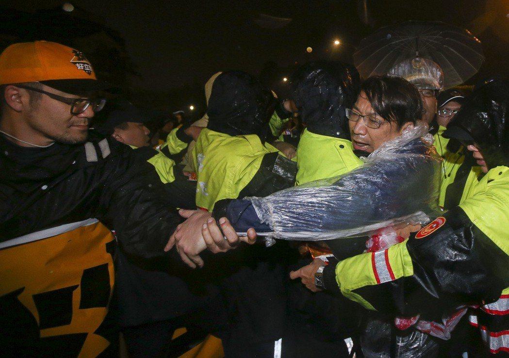 反對「勞動基準法」修惡,徐永明占據凱道,遭警方架離。圖/聯合報系資料照片