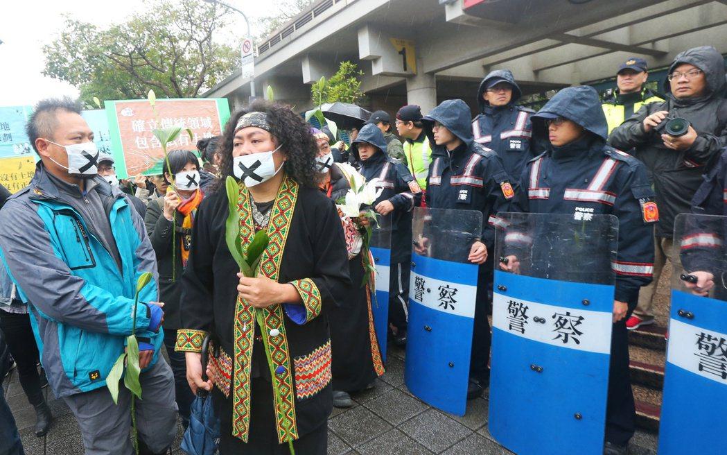 馬躍.比吼、歌手巴奈及那布等人呼籲政府歸還傳統領域,去年2月28日企圖進入228...