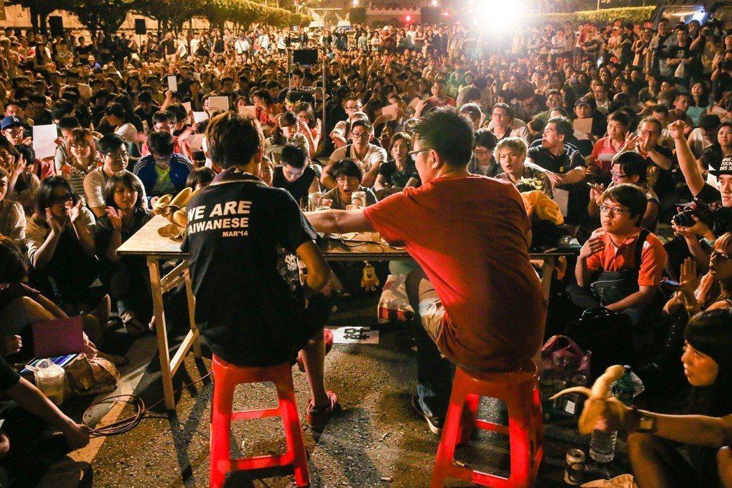 2014年4月19日在凱道舉辦的「大腸花垃圾話論壇」,參加人數一度接近千人,警方...