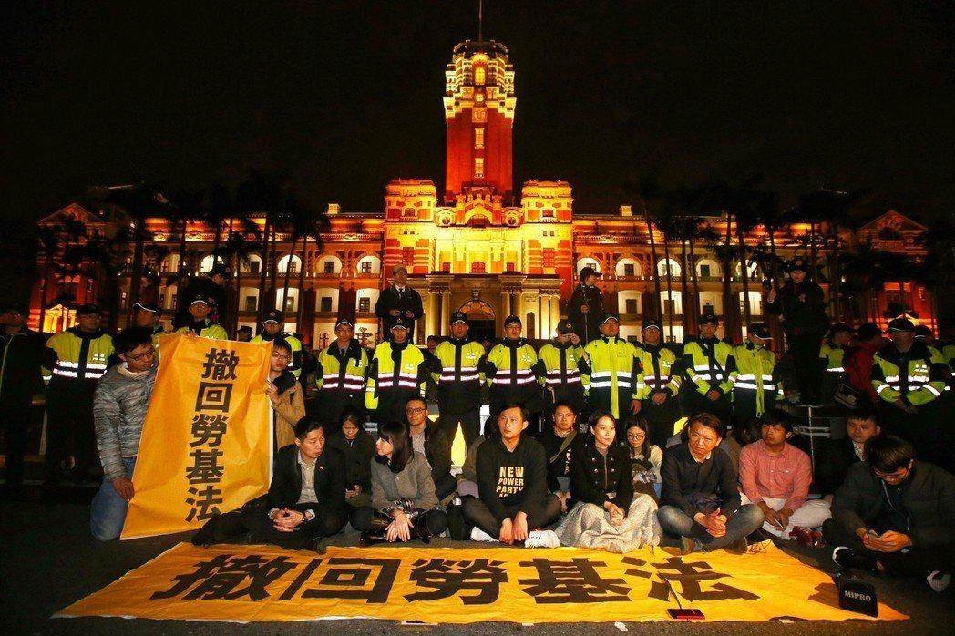 時代力量立委日前在總統府前靜坐抗議,要求撤回勞基法。圖/聯合報系資料照片