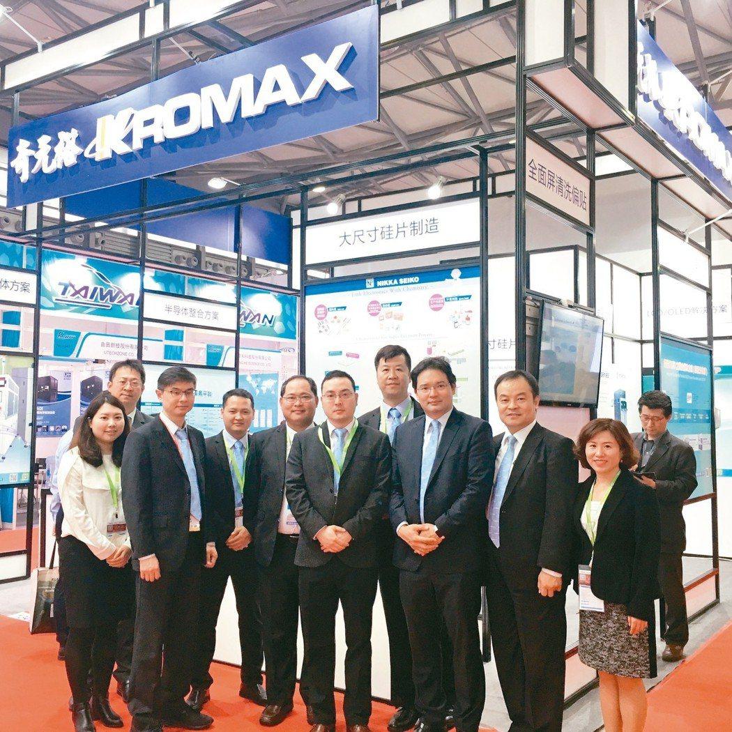奇裕集團副董黃士銘(右三)與資深行銷團隊於上海半導體展會場合影。 吳佳汾/攝影