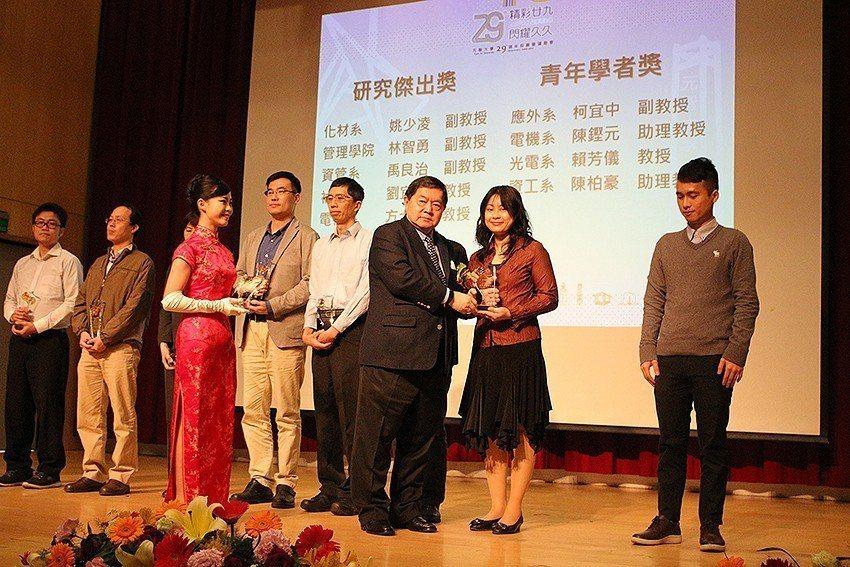 元智大學董事長徐旭東頒教師績效傑出獎。 元智大學/提供