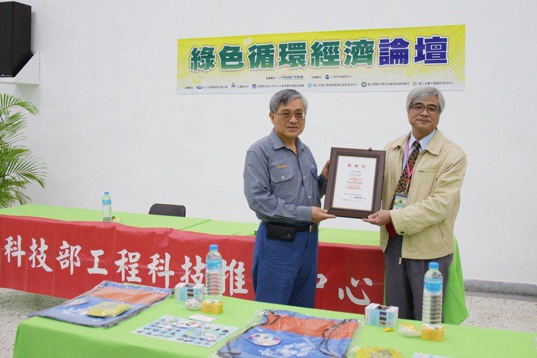 工程中心鄭國順主任(右)致贈亞洲水泥張志鵬總廠長感謝狀