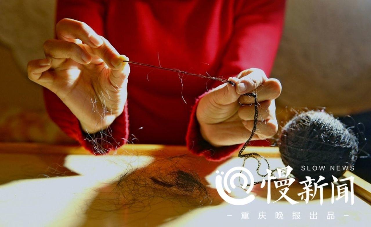 191117根斷髮,她巧織成一件上衣兩頂帽子和百米長繩。 張詒宣/翻攝