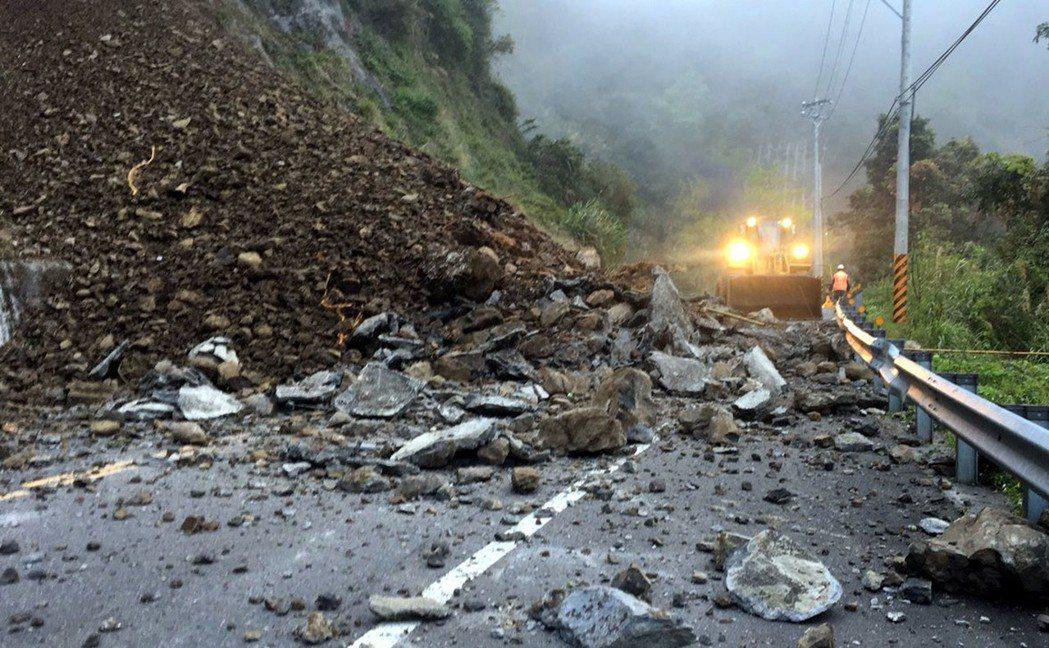 阿里山公路(台18線)76.7公里處20日凌晨傳出邊坡土石坍方交通阻斷,公路總局...
