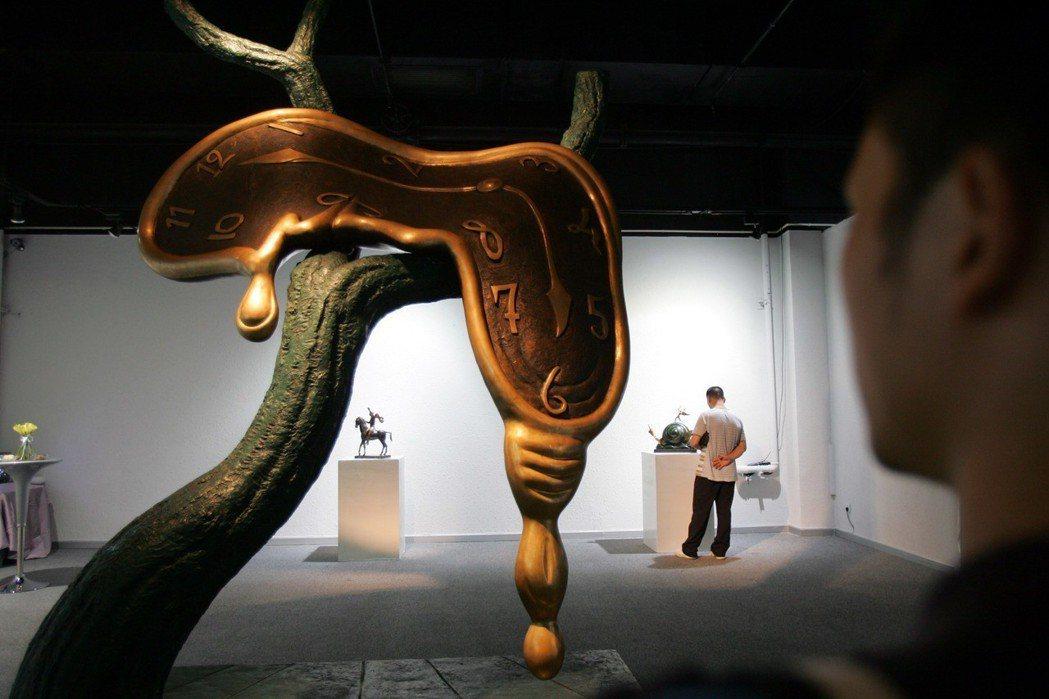 西班牙20世紀超現實主義藝術大師薩爾瓦多·達利作品展,參觀者正在觀看達利的雕塑作...