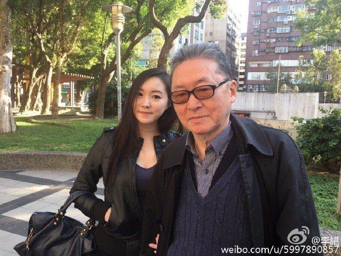李敖與小女兒李諶的合照。圖取自李諶的微博