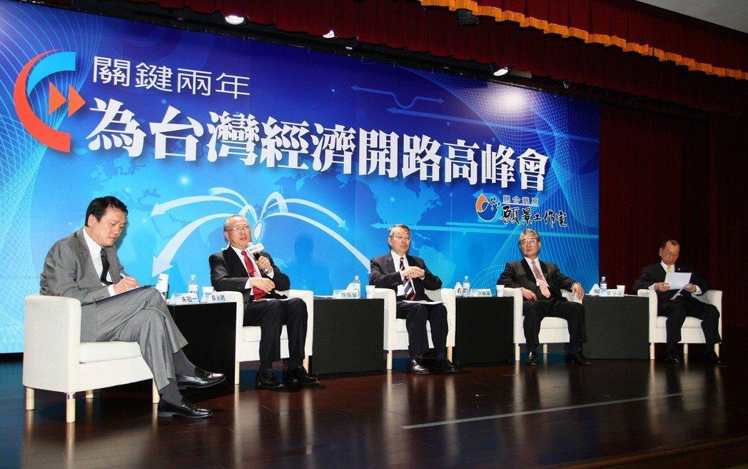 高峰會「台灣產業的機遇與威脅」議題,由國科會主委朱敬一(左一)主持,上銀科技董事...