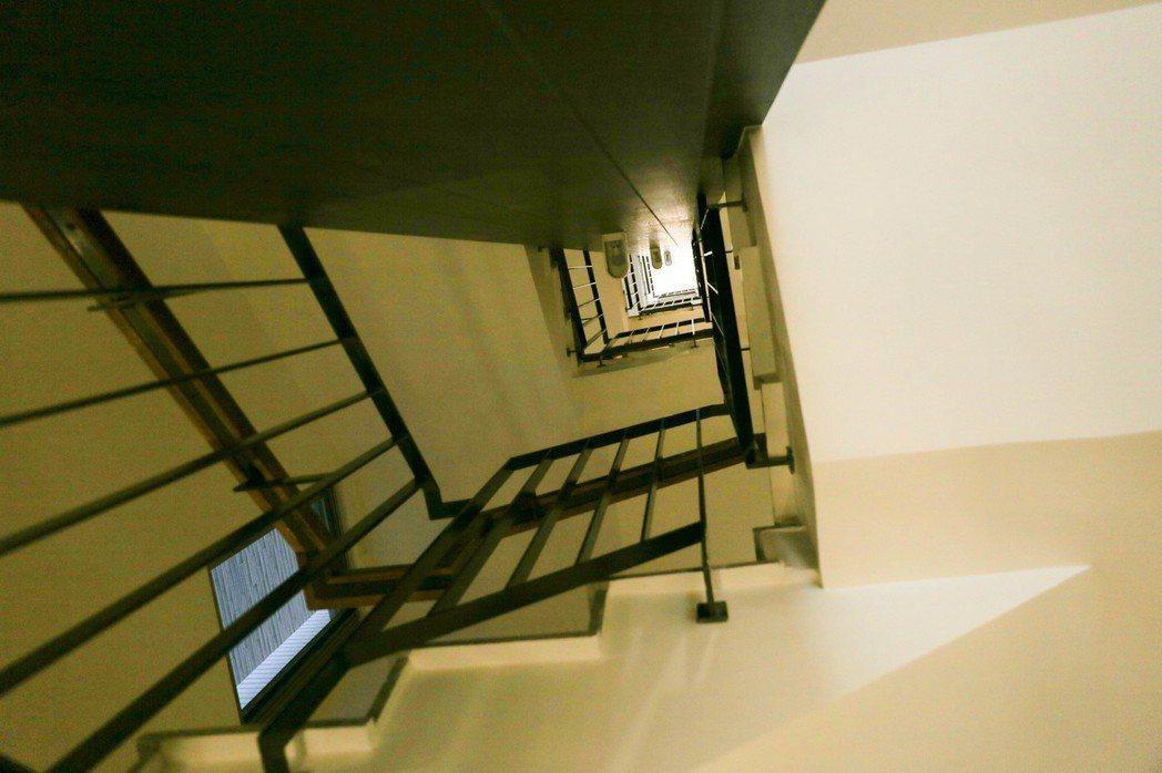 在屋頂開了個天井,確保室內採光明亮。 攝影/張世雅