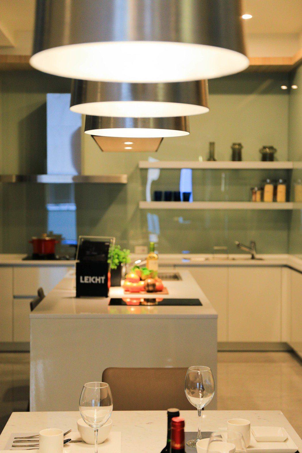 開放室廚房是頂級別墅的優勢。 攝影/張世雅