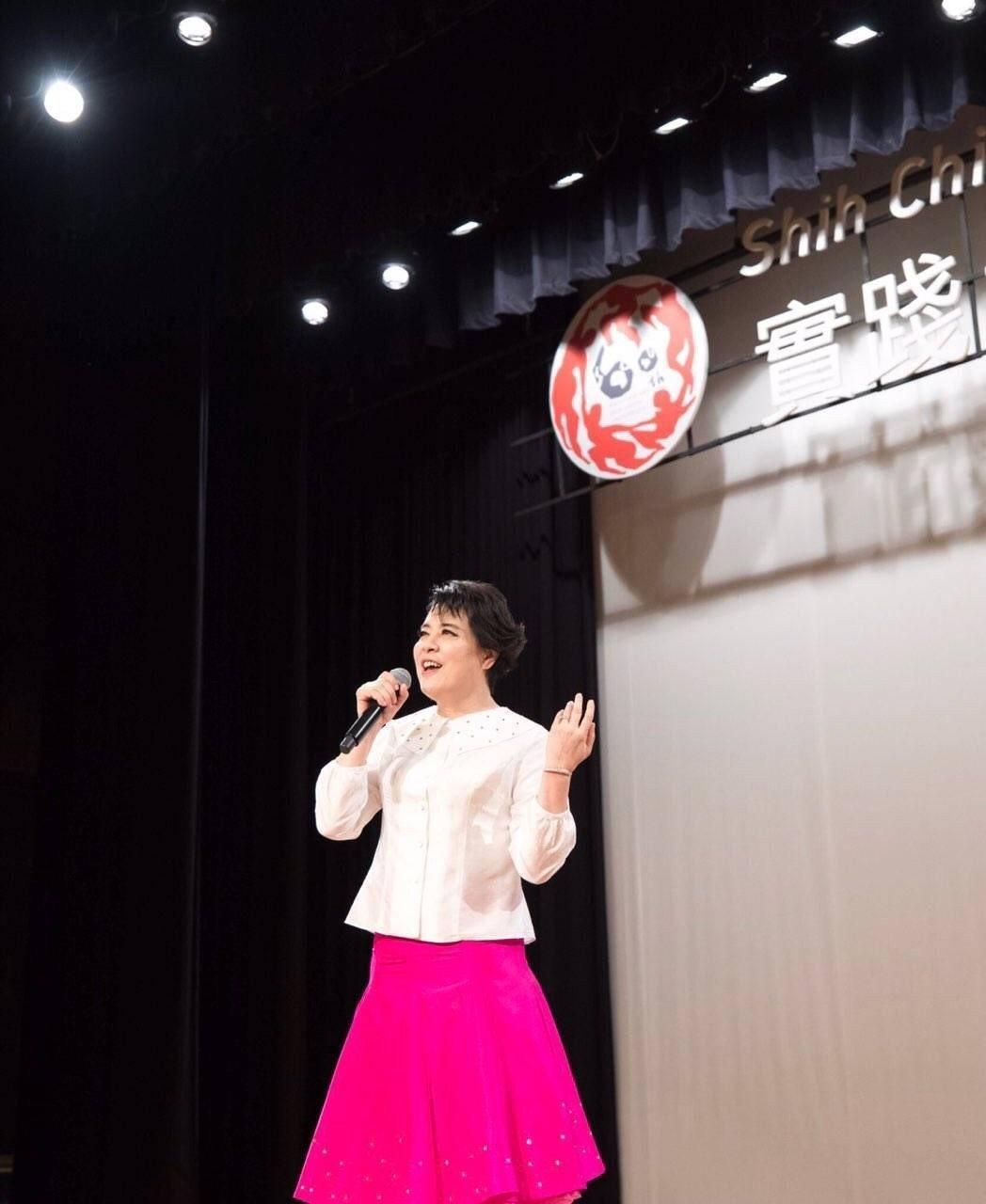 簡文秀在會中演唱多首歌曲。