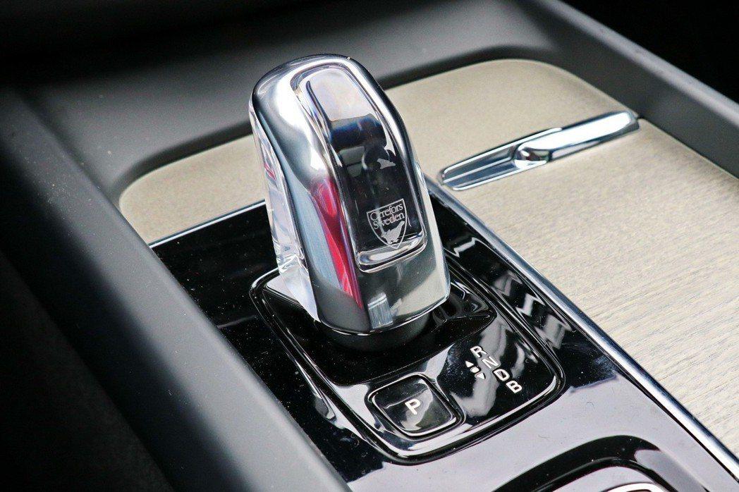 XC60 T8車型更配備專屬瑞典百年品牌Orrefors水晶排檔桿。 記者陳威任/攝影
