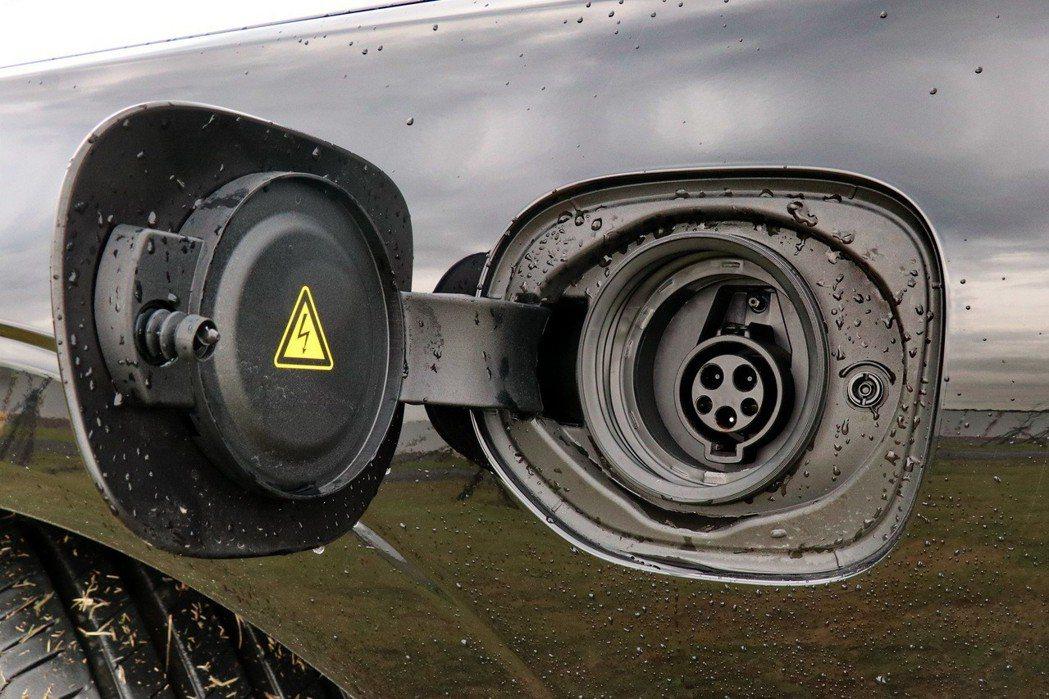 Volvo XC60 T8的充電插孔配置於左側葉子板上。 記者陳威任/攝影