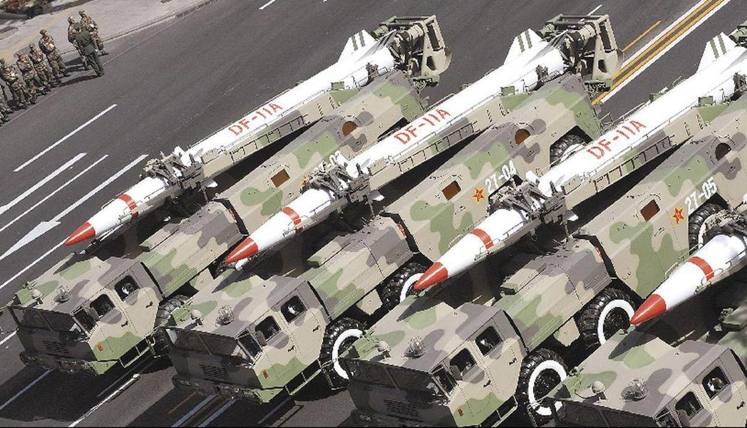 1995年至1996年間,中方兩度舉行導彈試射演習、兩棲登陸演習。圖為解放軍二炮...