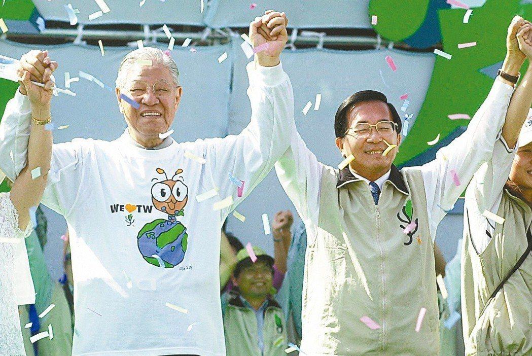 圖為2004年李登輝(左)與陳水扁(右)參加「百萬人牽手護台灣」活動,抗議中國以...