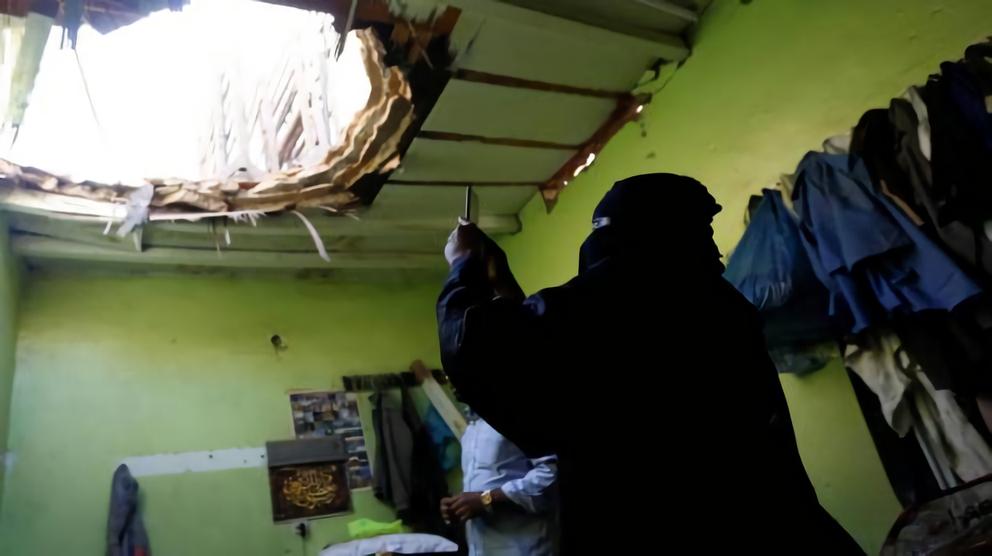 遭擊碎飛彈碎片落入埃及籍死者家中,在天花板弄個大洞。 (路透)