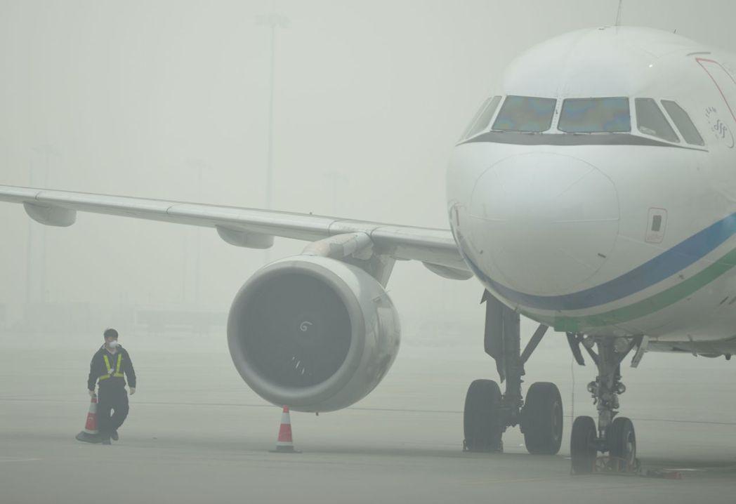 北極冰融,氣流無法正常流通,霧霾因此滯留於空中不散。圖為2013年12月上海虹橋...