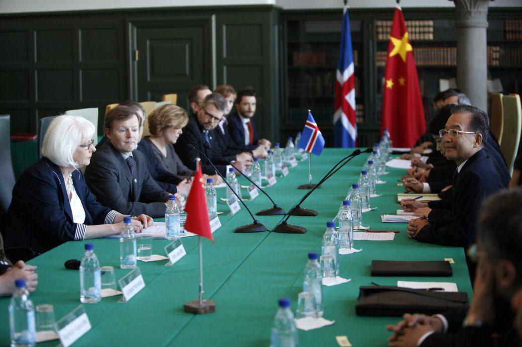 時任中國國務院總理溫家寶,2012年赴冰島雷克雅維克與時任冰島總理西古達朵提(J...