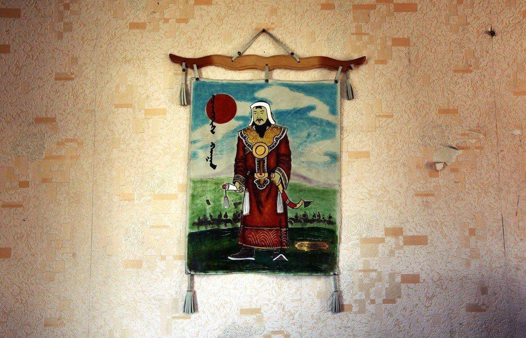 蒙古皇族下葬之後,往往用千百匹戰馬將葬地踏平,再小心翼翼地在上面種草植樹,直到下...