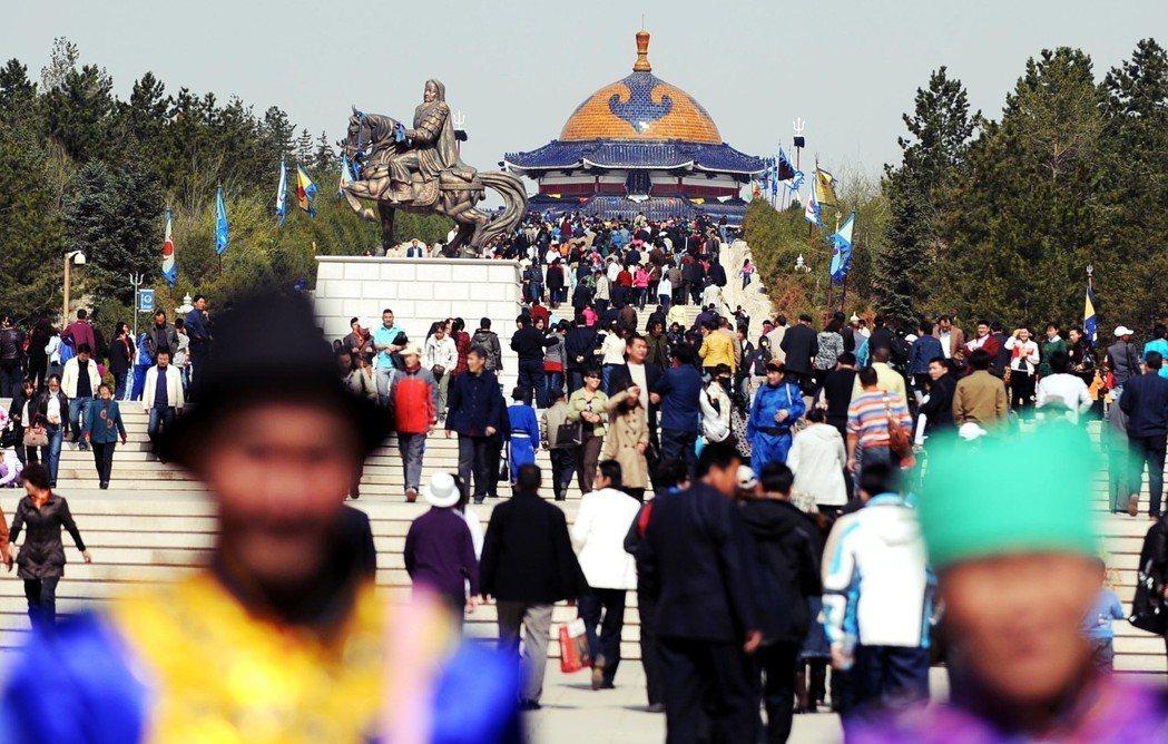 當人們再也找不到埋葬地點作為「翁袞」時,成吉思汗的遺物便成了祭祀用的「聖物」翁袞...