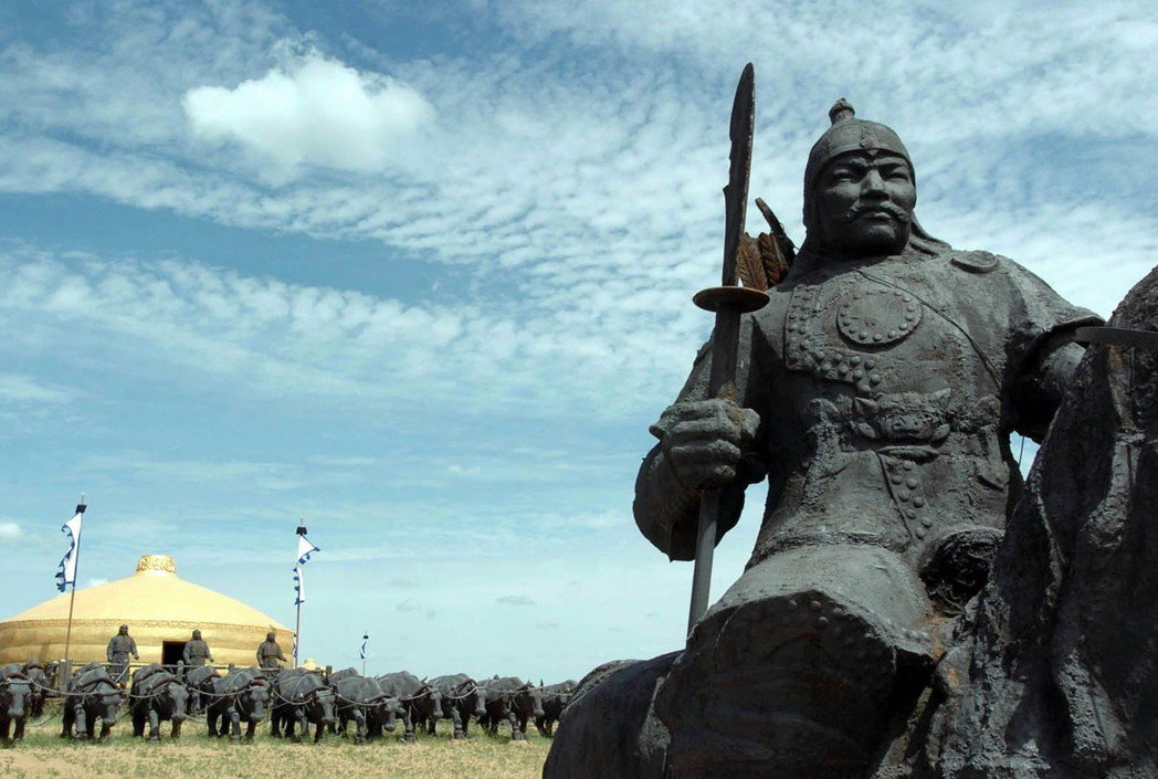 不同於漢人定期到固定的地點「掃墓」,在蒙古文化裡,成吉思汗的「衣冠塚」反而裝在拉...