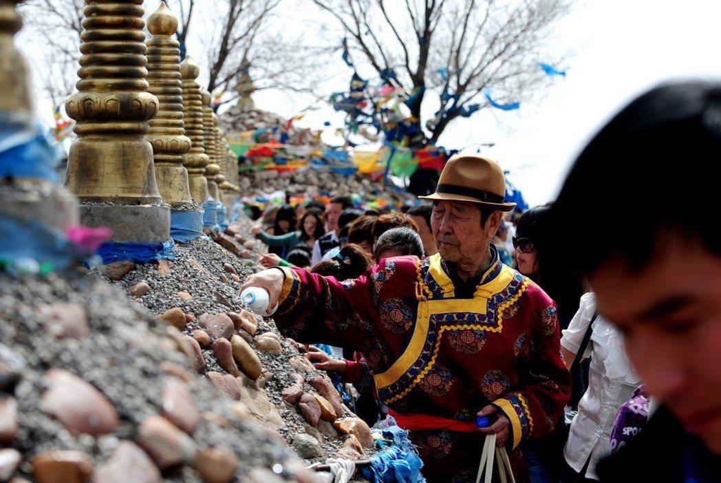 成陵祭奠以春祭最為隆重又稱為「鮮奶祭典」,因為主祭日當天,會依成吉思汗於曾舉行過...