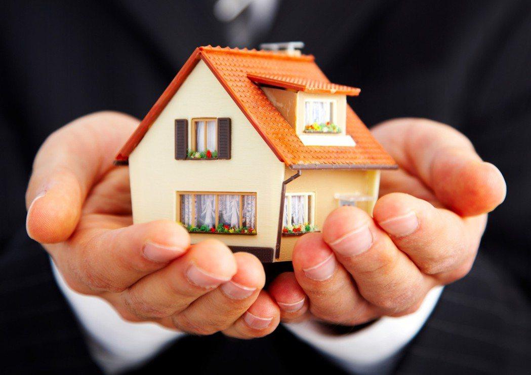怎麼可能允許現任房客在他們熱騰騰剛收購的住宅裡,好整以暇地繳著多年前議訂的廉價租...