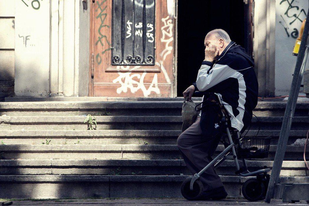 一位行動不便的87歲獨居老婦,因住商遲遲不願修理電梯,就這樣被困在自家長達一個月...