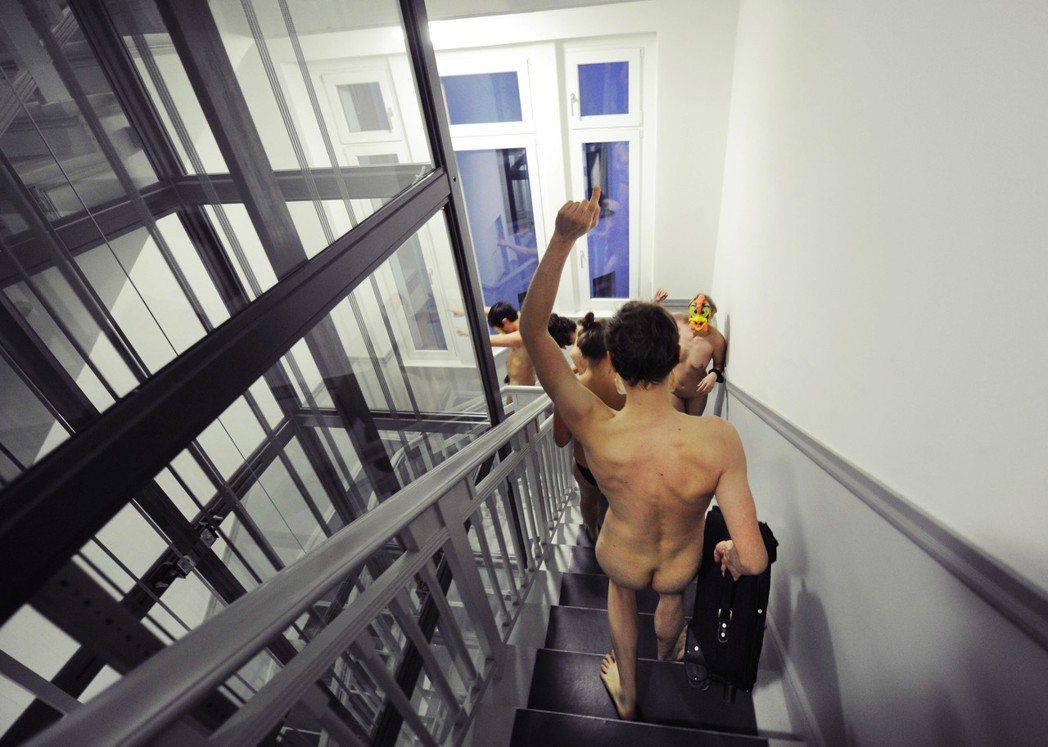 「住宅不是商品!」圖為柏林租房客,在房東帶看房時,裸身闖入抗議持續上漲的不合理租...