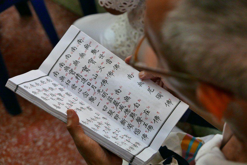 泰國華人正在誦念以中文書寫、泰文注音的《佛說佛名經》。攝於曼谷噠啦仔地區。 圖/...