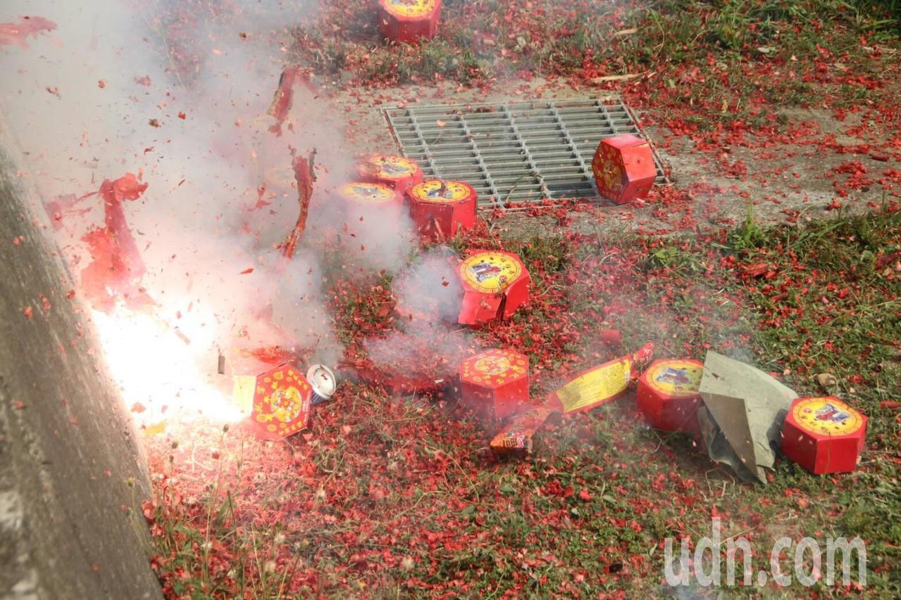 傳統鞭炮燃放後會製造許多碎屑跟煙霧。記者蔣繼平/攝影