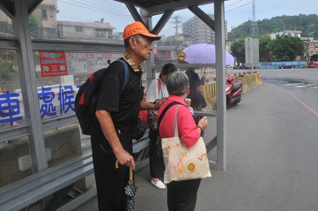 在公車站等公車時,張舞山的手仍緊緊抓住阿英的肩頭,阿英看著遠方的公車有沒有進站。...