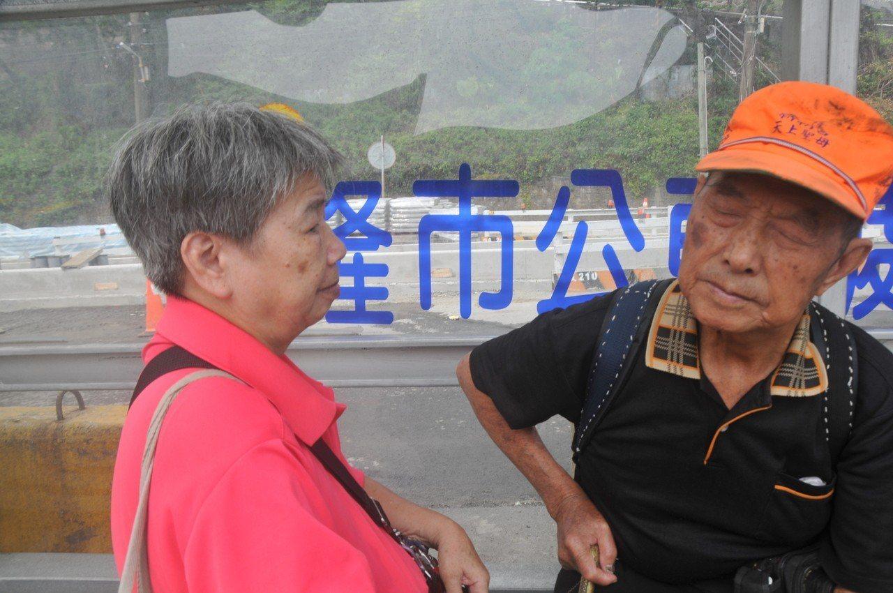 盲人張舞山與太太阿英夫妻情深,阿英雖然話不多,但很體貼,每天都靠她照顧才能出門。...