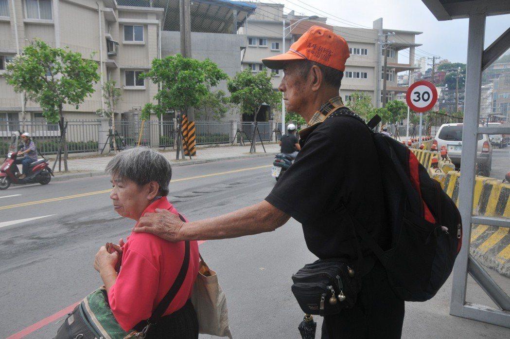 盲人張舞山眼睛看不到,廿多年來每天都是用手搭著太太阿英的肩,一步一步向前走,過馬...