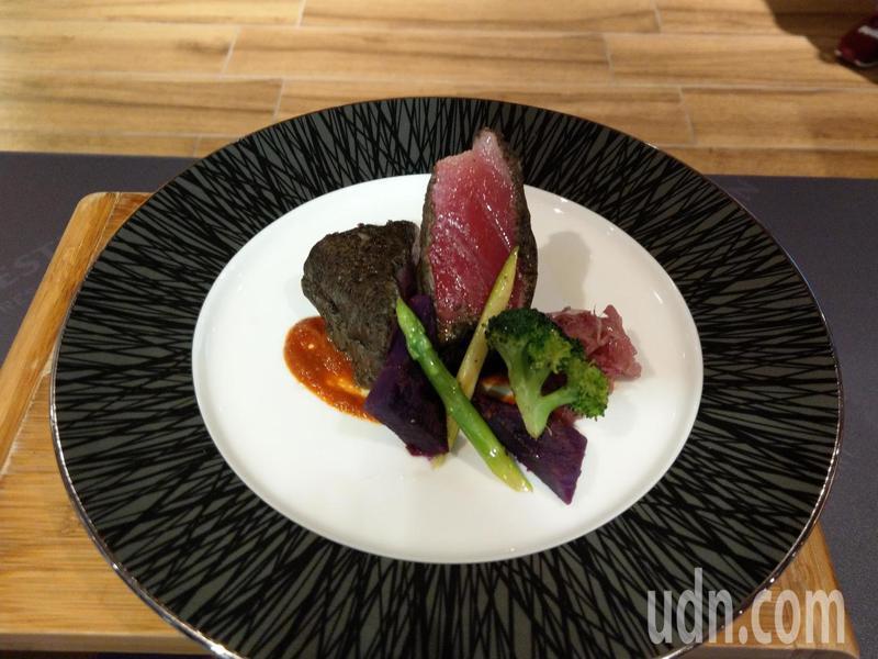 「黑橄欖酥皮金槍魚」的肉質鮮嫩。記者戴永華/攝影