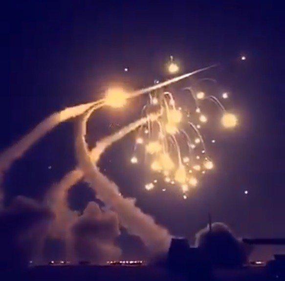 阿拉伯電視台的畫面顯示,葉門射出的七枚飛彈被沙國愛國者飛彈成功攔截,畫面驚人。截...