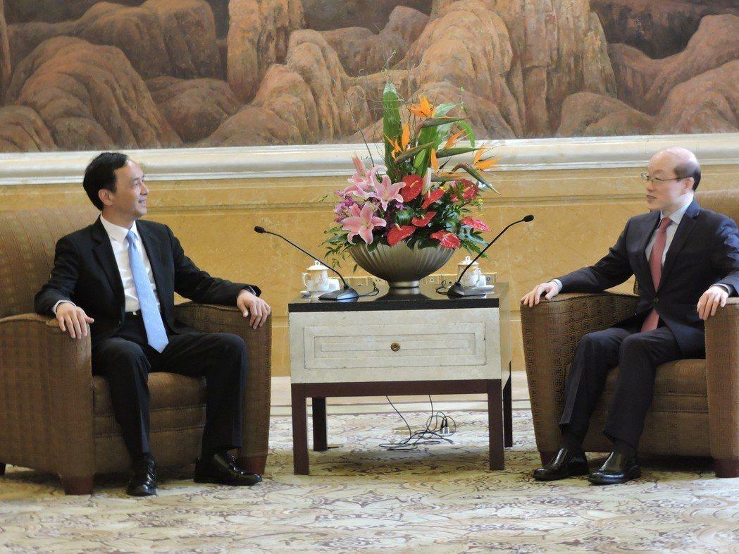 前國民黨主席、新北市長朱立倫(左)與中共中央台辦、國台辦主任劉結一(右)今日上午...