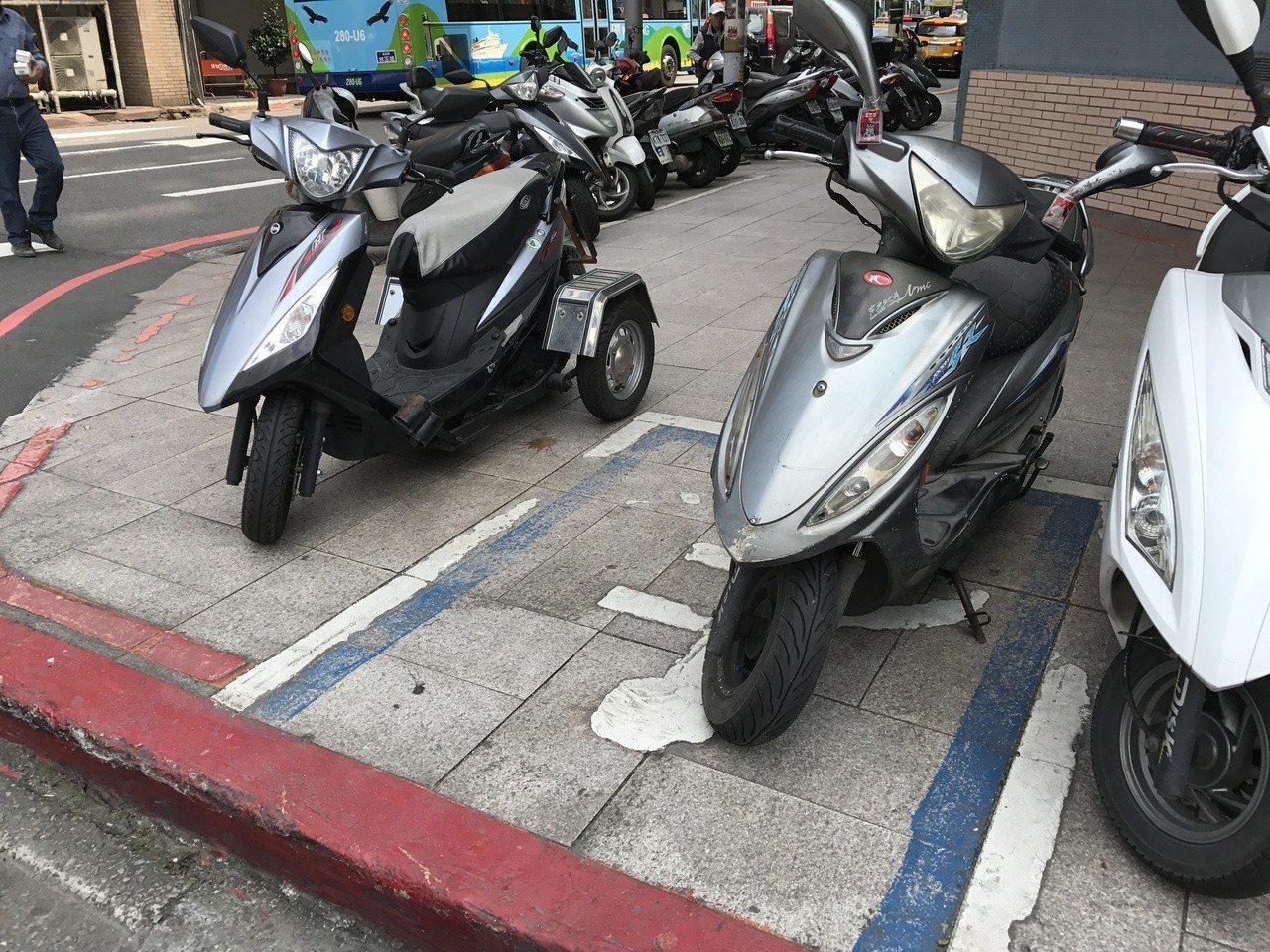 殘障停車位別亂停,小心吃罰單。記者吳淑君/攝影