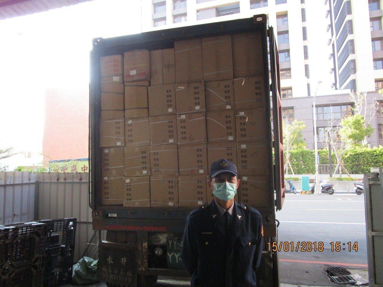 保三總隊第二大隊執行貨櫃落地檢查,發現裝中藥材的箱子,竟夾藏鹿茸。記者林伯驊/翻...