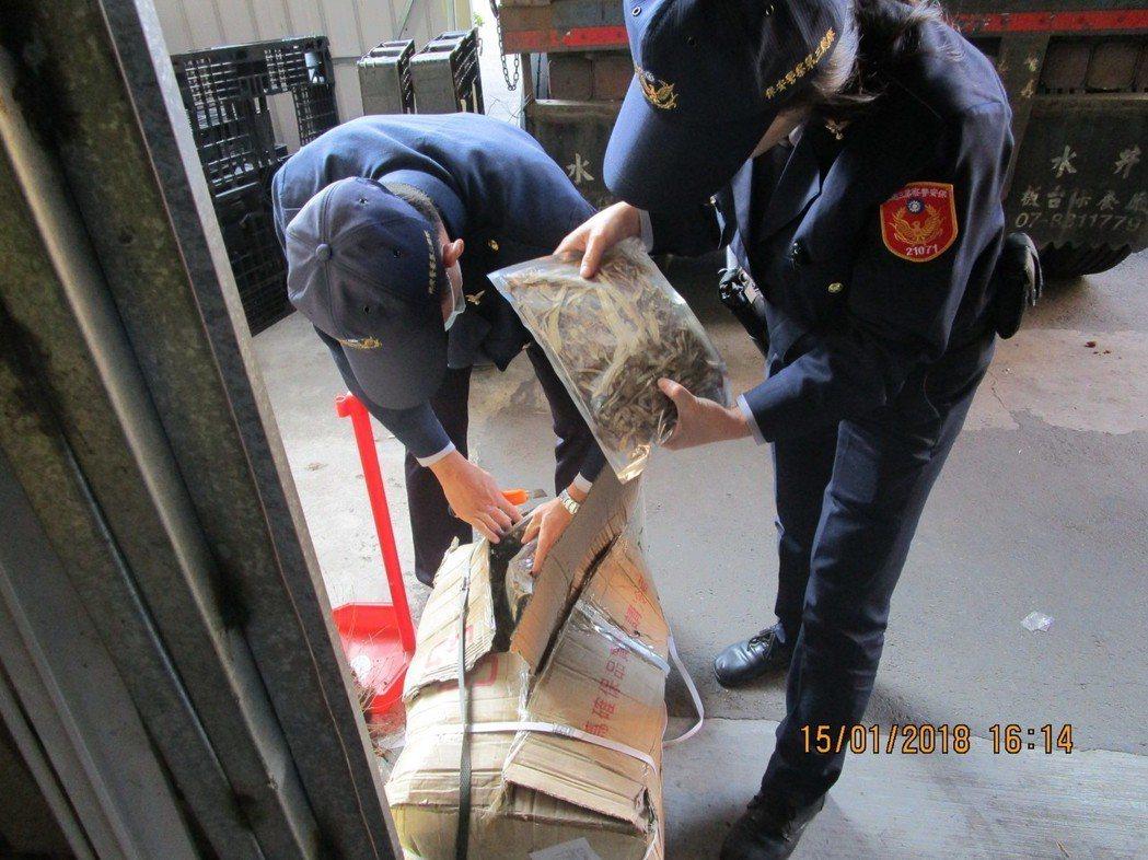 警方打開每箱中藥材檢查。記者林伯驊/翻攝