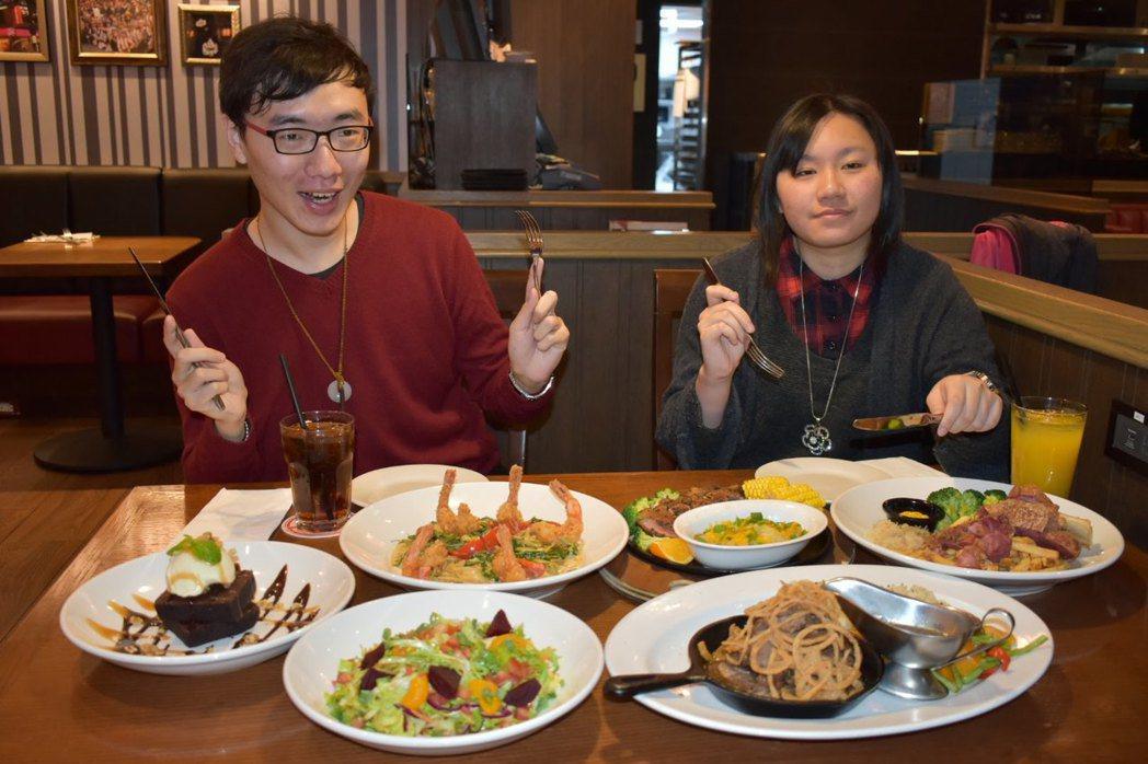 這次幸運擔任「超認真試吃」試吃員Spoon(左)、Nancy(右)。記者魏妤庭/...
